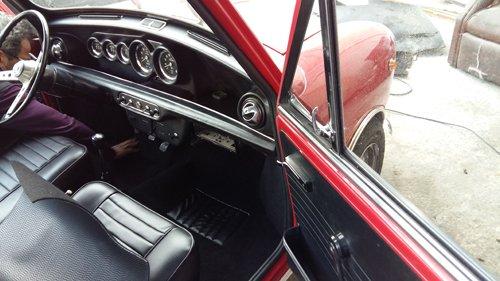 auto rossa con sportello aperto
