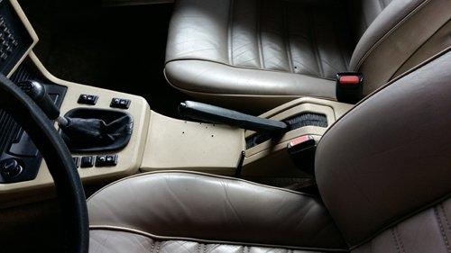 interni di un auto con servosterzo nero