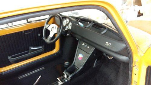 auto gialla sportiva con sportello aperto