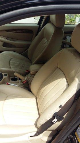 vista interna di un auto con rivestimenti beige