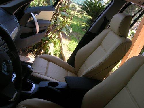 vista laterale degli interni di un auto con sportello aperto