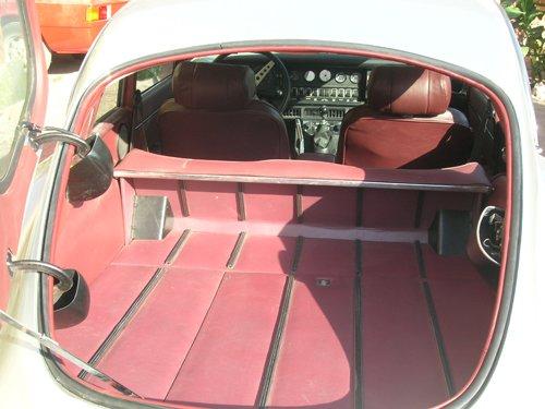 baule aperto di un auto bianca