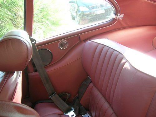sedili posteriori rossi con cinture di sicurezza