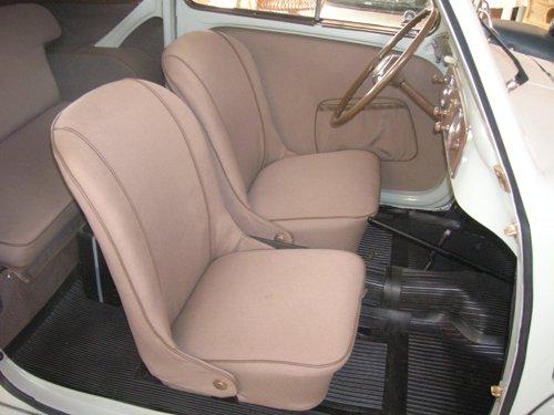 sedili anteriori  color rosa chiaro di un auto d`epoca