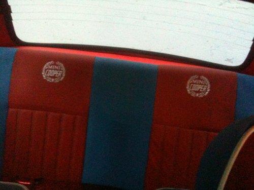 interni sedili posteriori rossi e blu