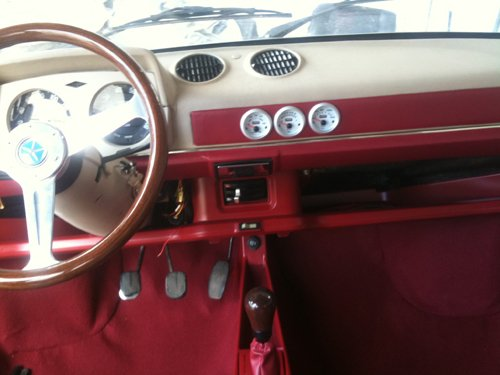 interni rossi in pelle  di un auto d `epoca