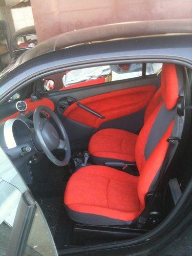 interni rossi e grigi di un auto