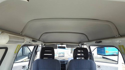 vista posteriore di un auto simil utilitaria