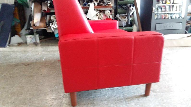 vista laterale di un divano rosso