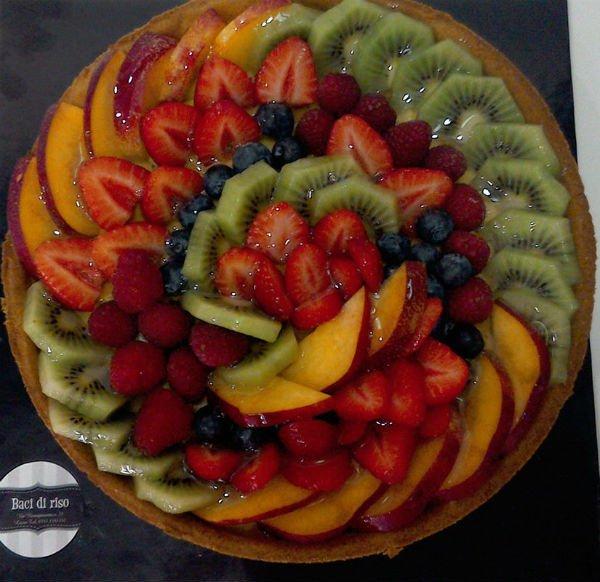 Crostata di frutta con kiwi, fragole, uva, pesche, mirtilli