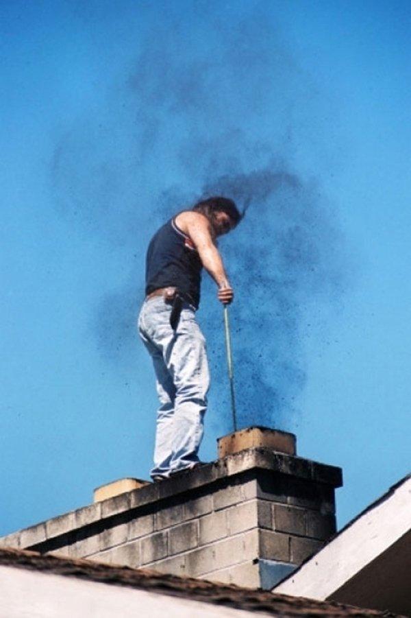 spazzacamino al lavoro sul tetto