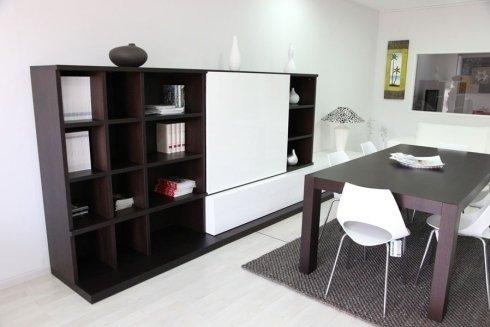 sala da pranzo con libreria