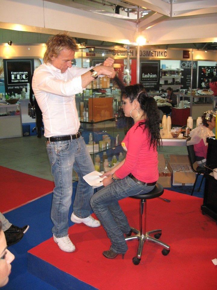 parrucchiere durante una mostra