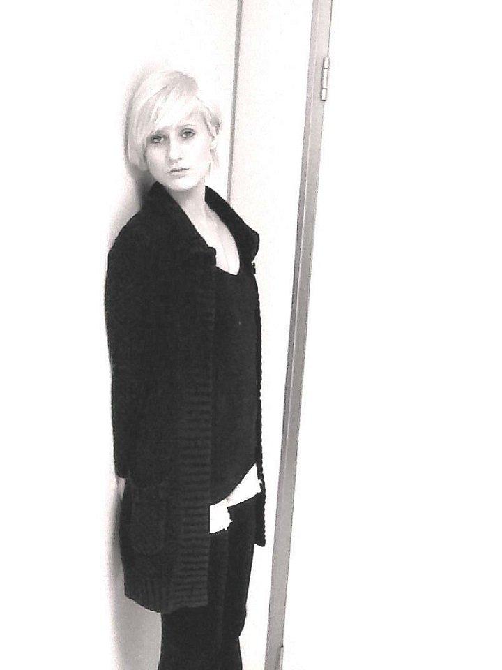 modella in una foto in bianco e nero taglio corto