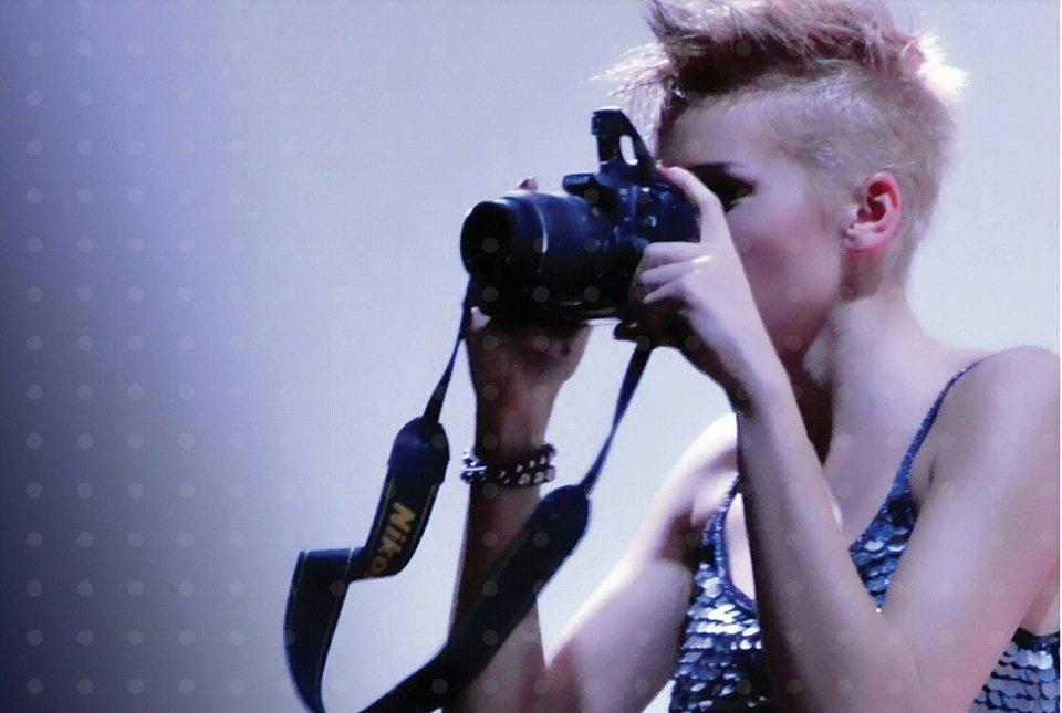 modella taglio punk con macchina fotografica