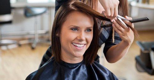 cliente durante un taglio dei capelli