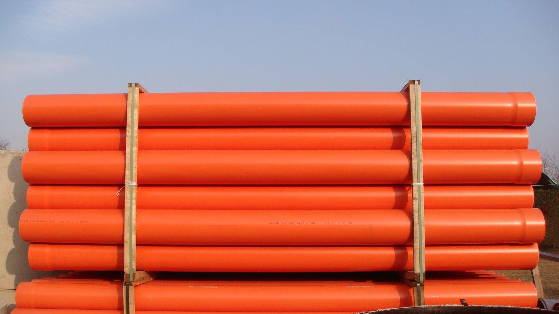 dei tubi arancioni uno sopra l'altro