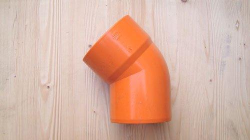 un tubo di plastica arancione