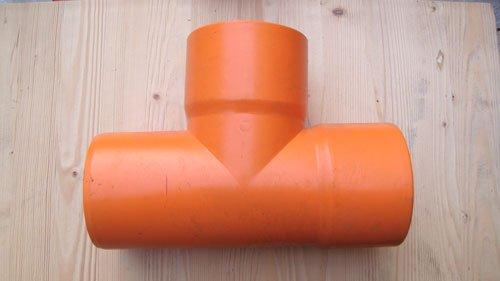 un tubo arancione a tre vie