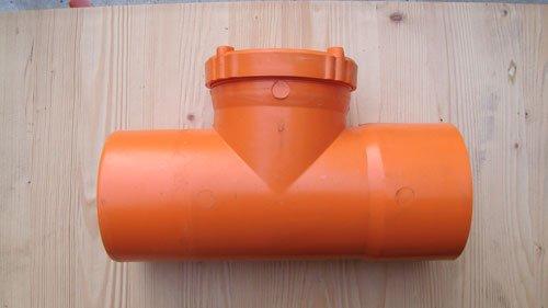 un tubo a tre vie di color arancione
