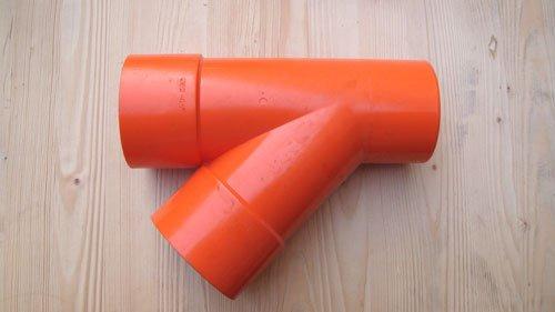 un tubo arancione a due vie
