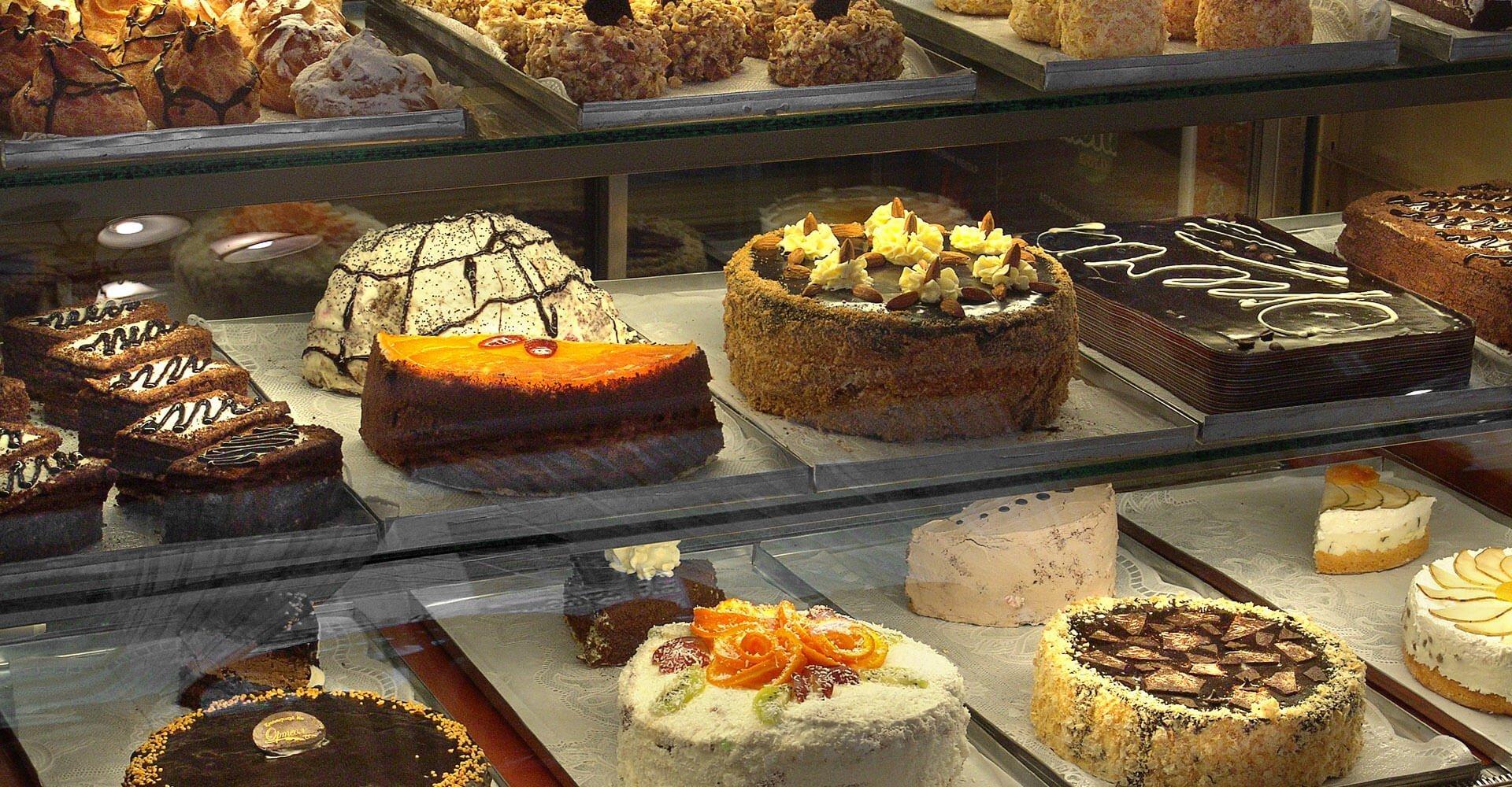 bancone refrigerato con torte