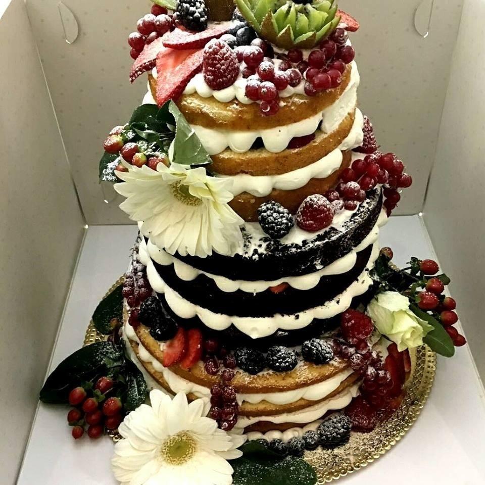 torta a tre piani con gelato e frutti di bosco