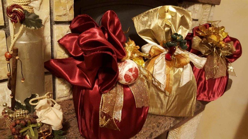 un pandoro e un panettone in confezione regalo in raso