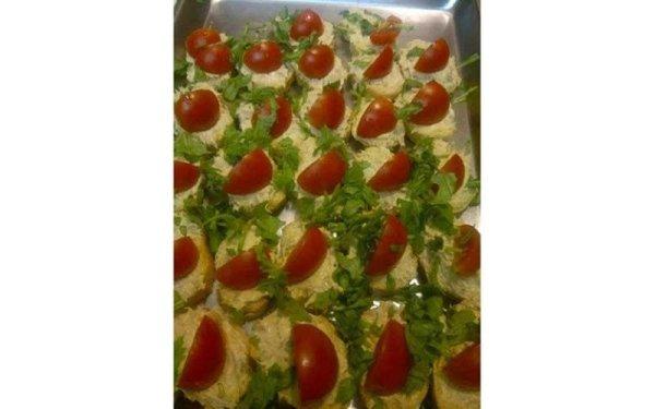 tartine con rucola e pomodoro