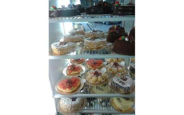 torte di cioccolato, panna e frutta esposte nel frigo