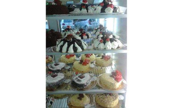 diverse torte assortite esposte in un frigo