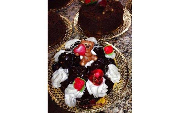 torta con meringhe cioccolato e fragole