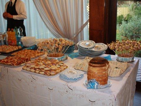 tavolo con stuzzichini salati assortiti