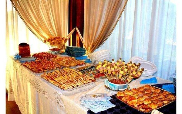 tavolo apparecchiato a buffet