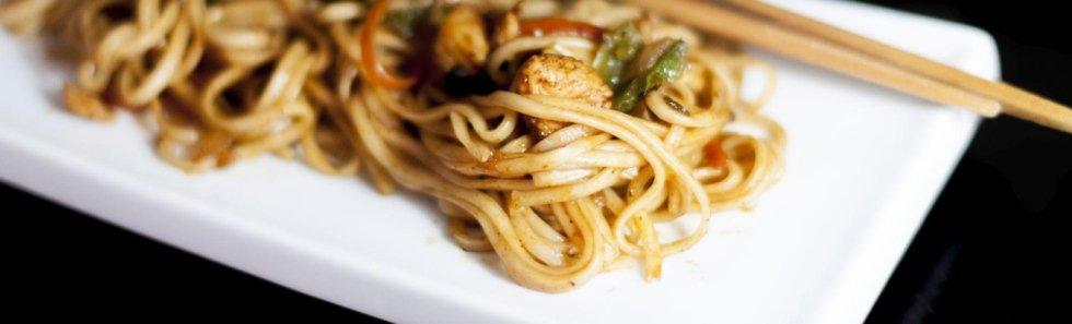 Spaghetti udon con verdure saltate