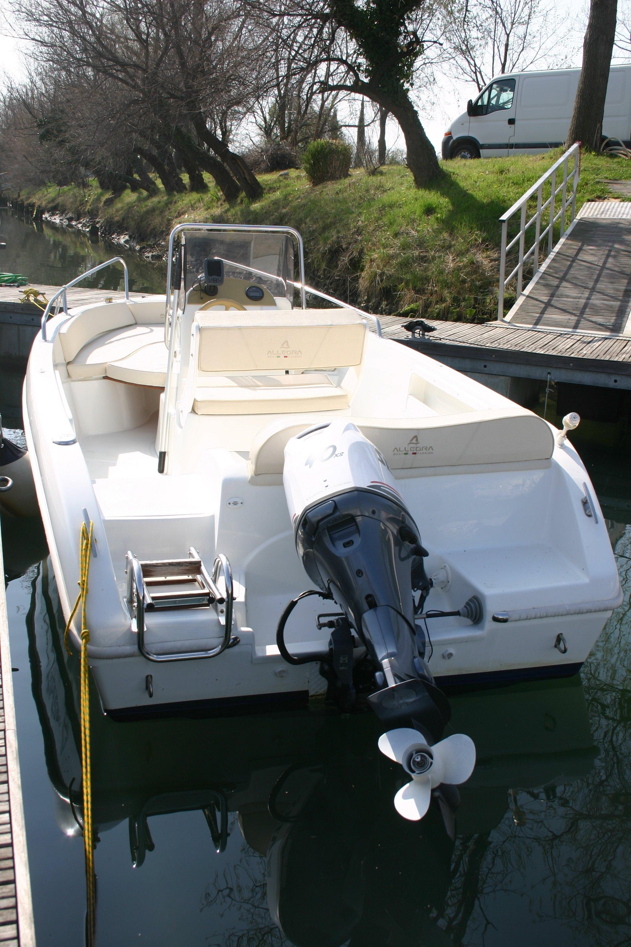 Vista posteriore della barca Allegra 530