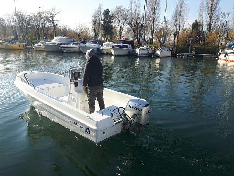 vista di un pescatore su una barca