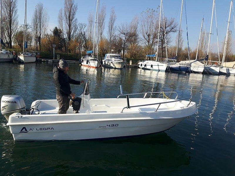vista laterale di una barca con pescatore