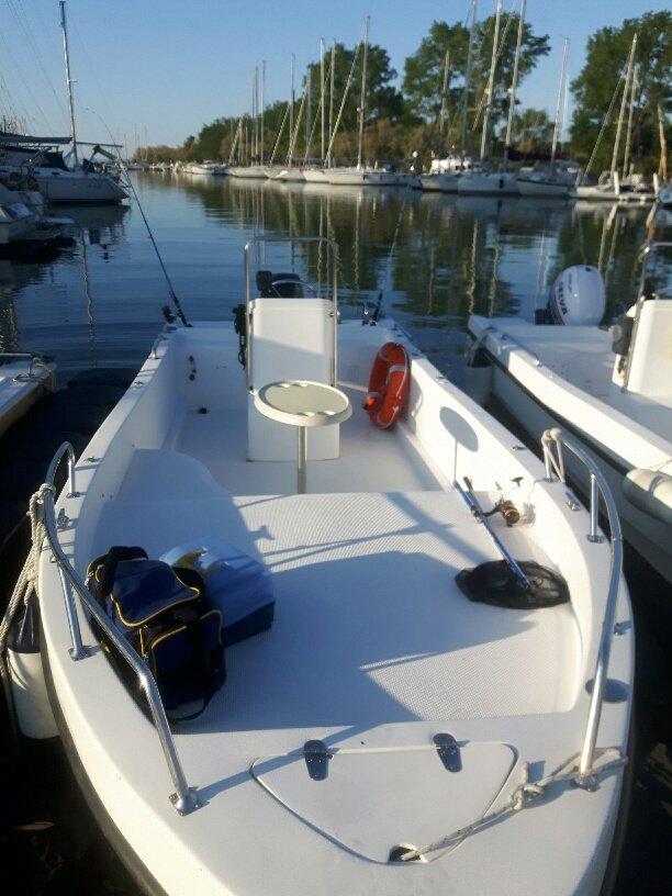 una barca a motore parcheggiata