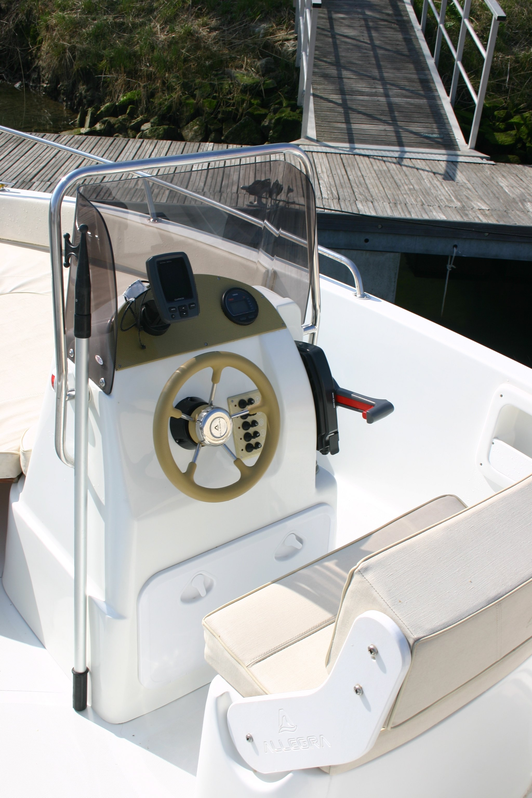 Sala comandi della barca Allegra 530