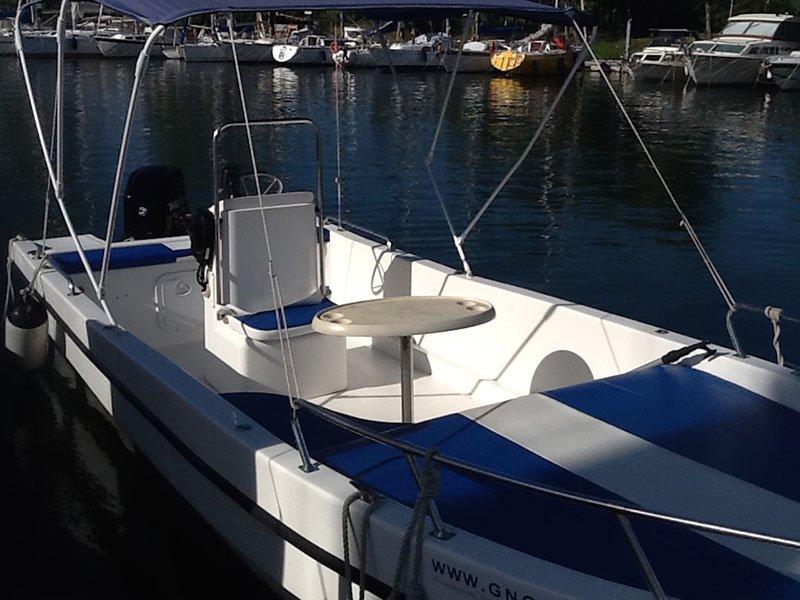 una barca bianca e blu parcheggiata al molo