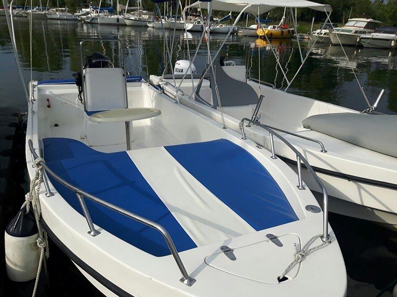 barca bianca e blu vista frontale