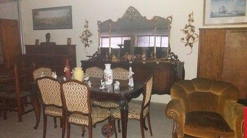 Vecchi mobili di legno per sala da pranzo e salotto