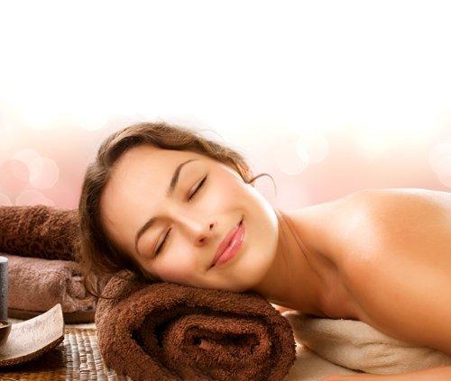 viso rilassato di donna dopo massaggio