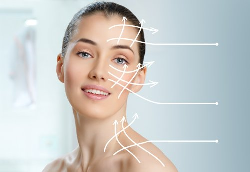 viso di donna luminoso dopo pulizia e idratazione