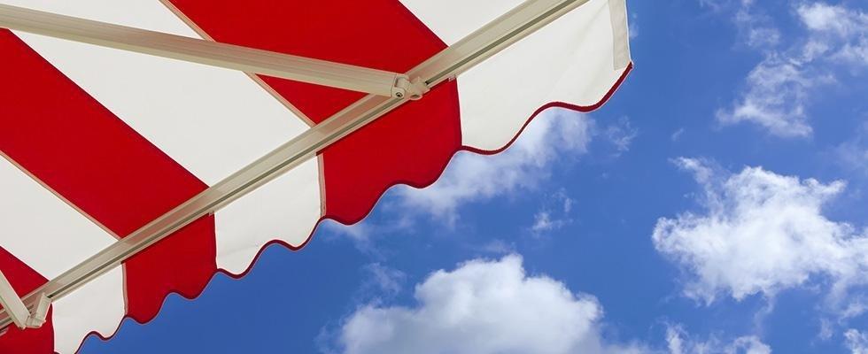 Tenda da balcone a strisce bianche e rosse