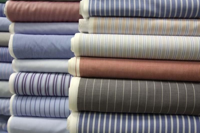 vista frontale di pila vestiti con diversi colore