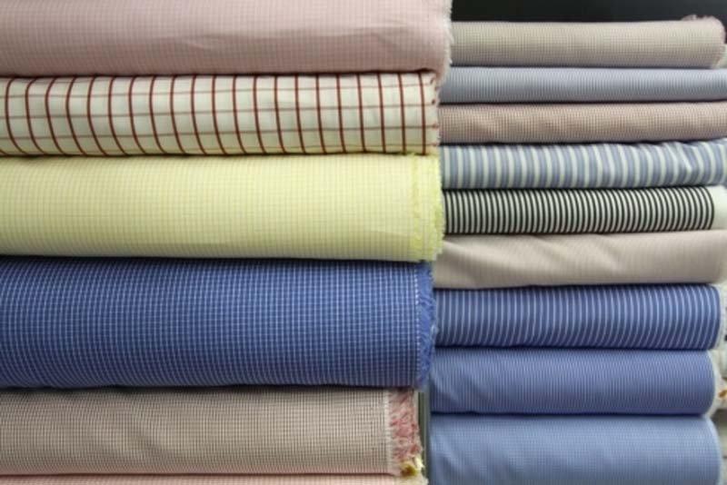 pila di vestiti con diveris colore nel negozio
