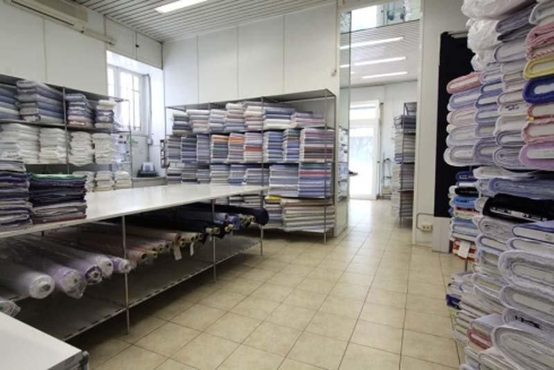 vista interna di negozio con vistiti