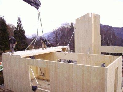 una casetta in legno nella fase di costruzione